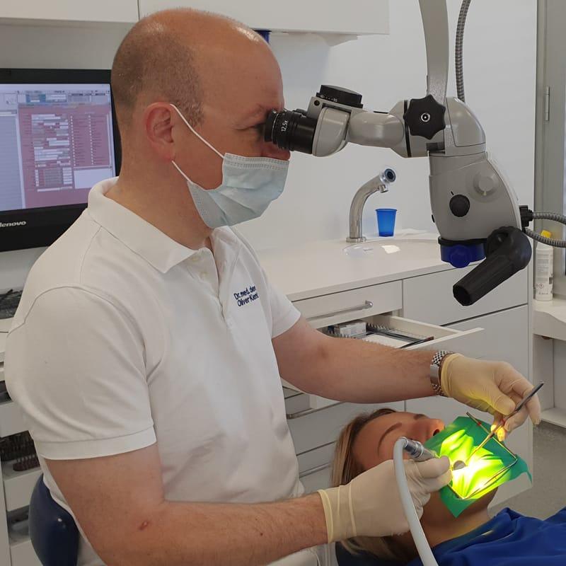 Arbeiten mit dem Dentalmikroskop